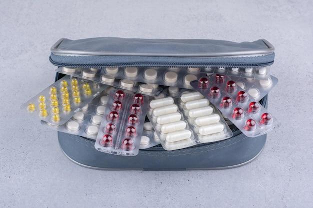 Verschiedene packungen mit medizinischen pillen in der tasche. foto in hoher qualität