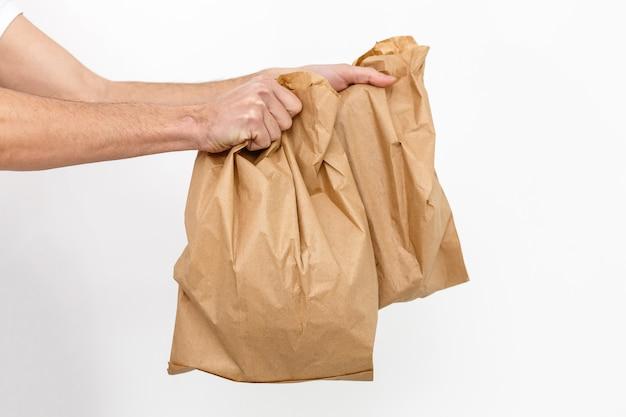 Verschiedene papierbehälter für lebensmittel zum mitnehmen