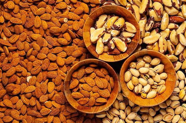 Verschiedene paranüsse, pistazien und mandelnüsse