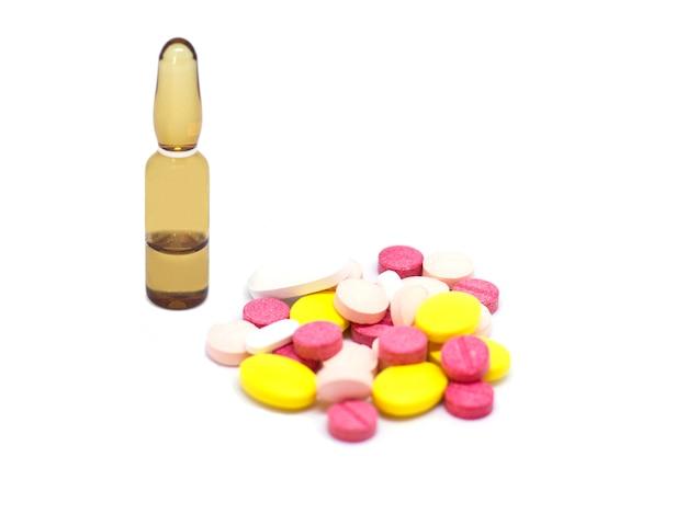 Verschiedene pharmazeutische arzneimittelpillen, -tabletten und -kapseln.