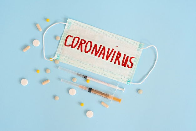Verschiedene pharmazeutische medizinpillen, tabletten, kapseln und chirurgische masken zur behandlung von covid19