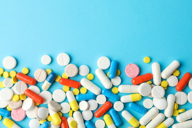 Verschiedene pillen auf blauem tisch, draufsicht