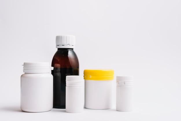 Verschiedene plastikflaschen für pillen