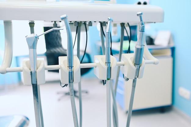Verschiedene professionelle zahnärztliche geräte, instrumente und werkzeuge in einer klinik für zahnarztpraxis.