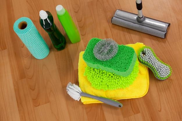 Verschiedene reinigungsanlage auf bretterboden