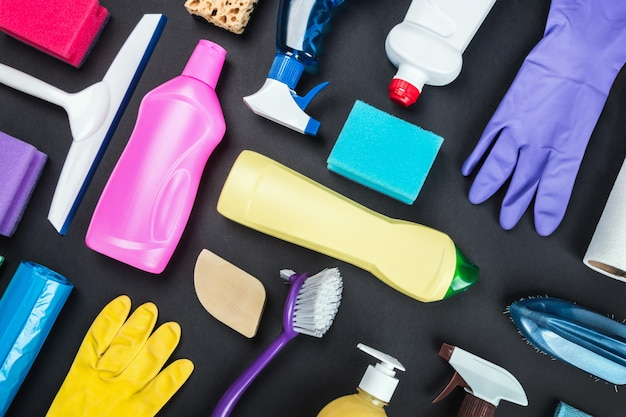 Verschiedene reinigungsmittel für das haus auf einem farbigen