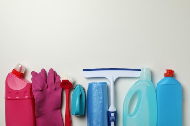 Verschiedene reinigungswerkzeuge auf weiß, platz für text