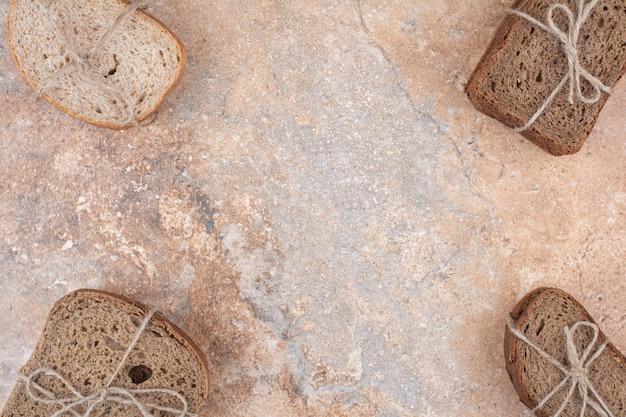 Verschiedene roggenbrotstapel auf marmorhintergrund