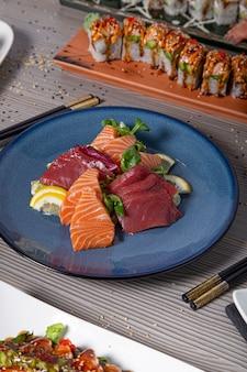 Verschiedene rohe fischgerichte werden auf dem japanischen restauranttisch serviert
