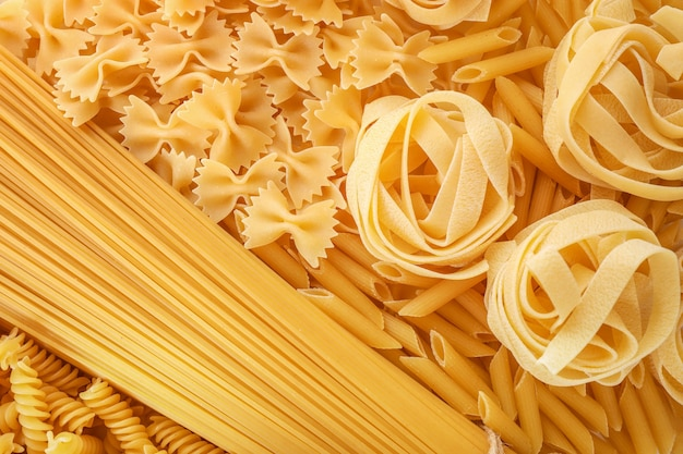 Verschiedene rohe italienische nudeln