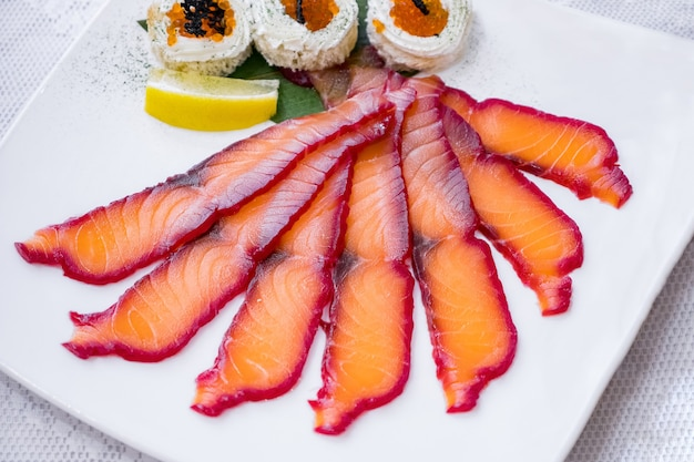 Verschiedene rote fischstücke auf einem tisch