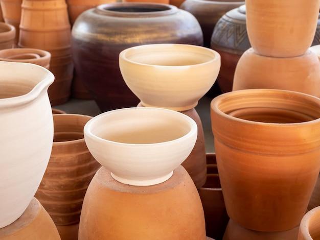 Verschiedene runde pflanztöpfe aus keramik und terrakotta im shop arrangiert. leerer übertopf aus keramik und terrakotta.