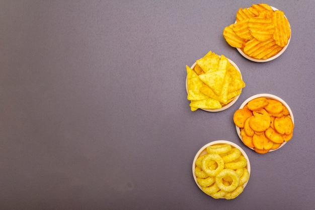 Verschiedene salzig gewürzte snacks.
