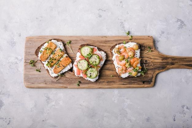 Verschiedene sandwiches zum frühstück mit microgreens
