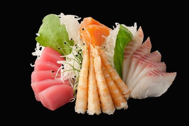 Verschiedene sashimi-lachse, wolfsbarsch, thunfisch, tigergarnelen