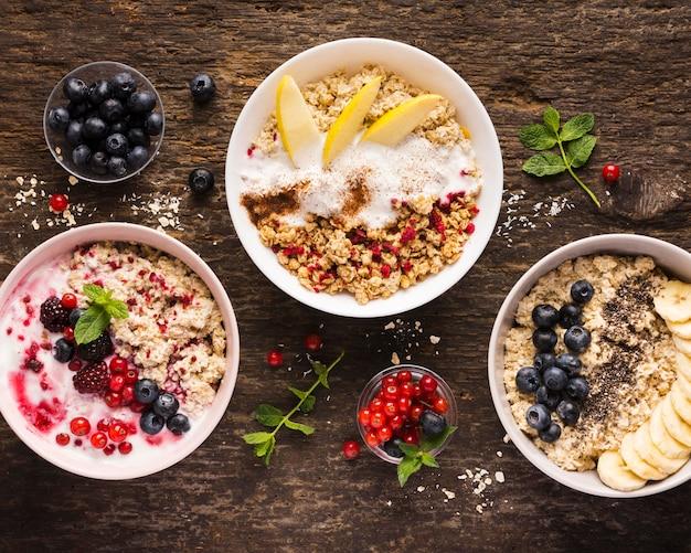 Verschiedene schalen mit natürlichen, gesunden desserts