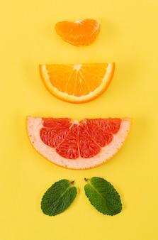 Verschiedene scheiben exotischer früchte und blätter