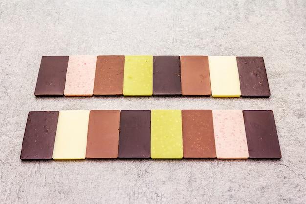 Verschiedene schokoladen mit unterschiedlichem kakaogehalt