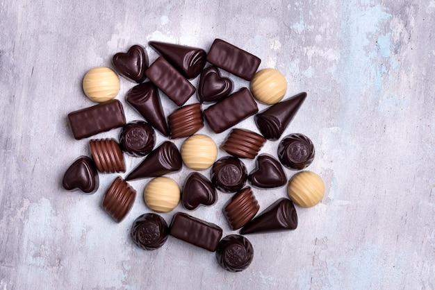Verschiedene schokoladenpralinen lokalisiert auf steinhintergrund