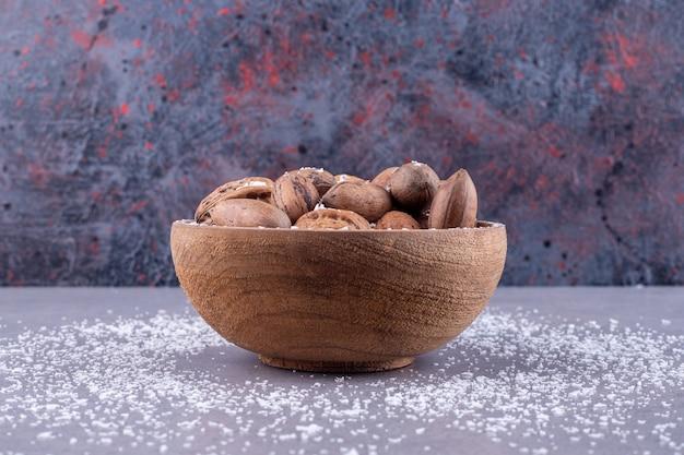 Verschiedene schüssel nüsse auf marmoroberfläche
