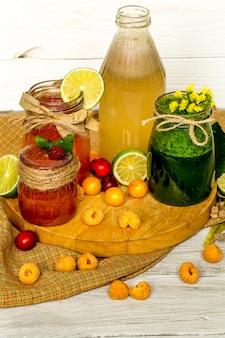 Verschiedene smoothies in einem glas mit pfirsichkalk