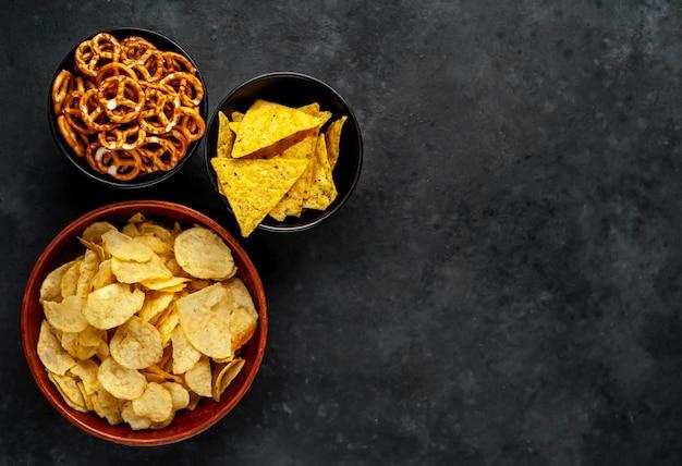 Verschiedene snacks in schalen auf dem tisch
