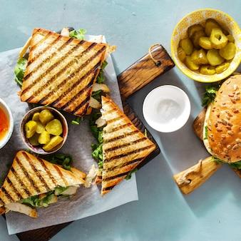 Verschiedene snäcke der draufsicht gegrilltes lebensmittel des sandwiches im freien