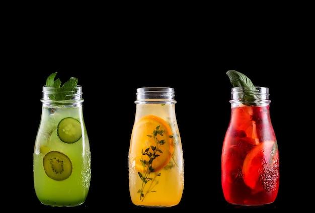 Verschiedene sommer erfrischende limonade lokalisiert auf einem schwarzen