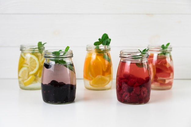 Verschiedene sorten frischer fruchtsäfte