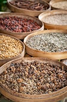 Verschiedene sorten von luwak-kaffeebohnen auf produktionsplantage, bali, indonesien