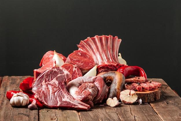 Verschiedene sorten von rohen rindfleischteilen