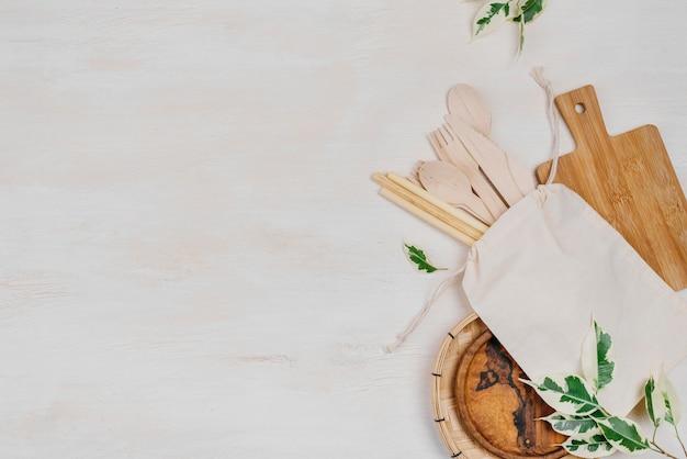 Verschiedene speisekammerprodukte blätter und holzlöffel