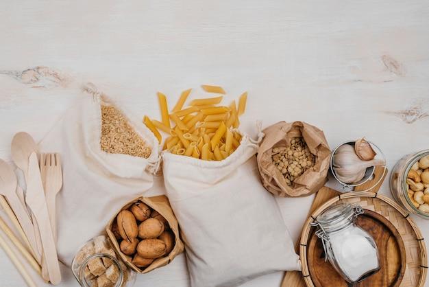 Verschiedene speisekammerprodukte und nudeln