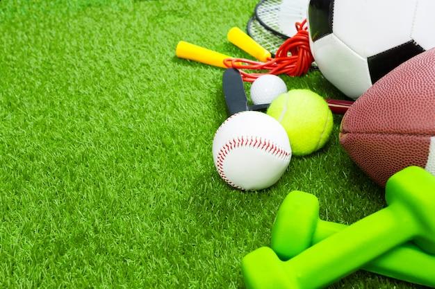Verschiedene sportwerkzeuge auf gras, sommerhintergrund