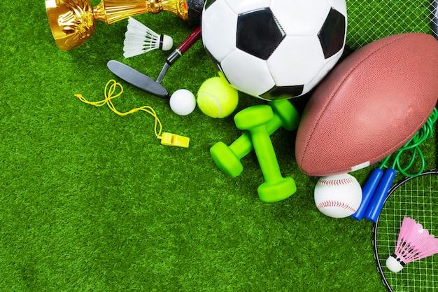 Verschiedene sportwerkzeuge auf gras