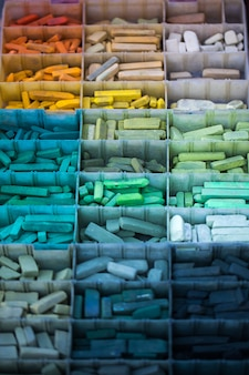 Verschiedene steine auf dem organizer-koffer