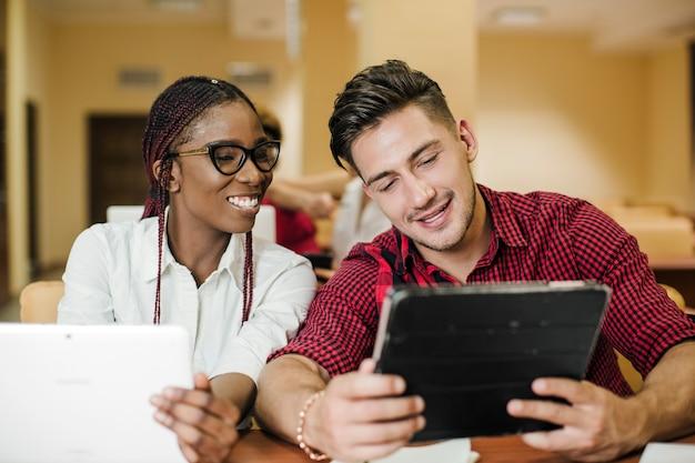Verschiedene studenten beobachten tabletten