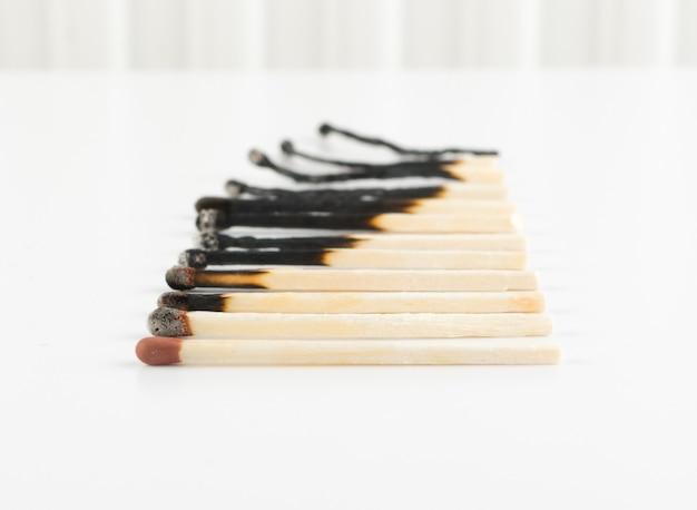 Verschiedene stufen von match sticks brennen oder sicherheits-matches