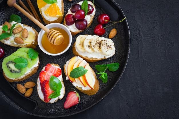 Verschiedene süße sommersnacks. bruschetta oder sandwiches