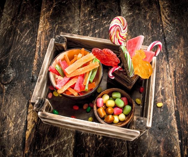 Verschiedene süße süßigkeiten, gelee, marshmallows und kandierte früchte.