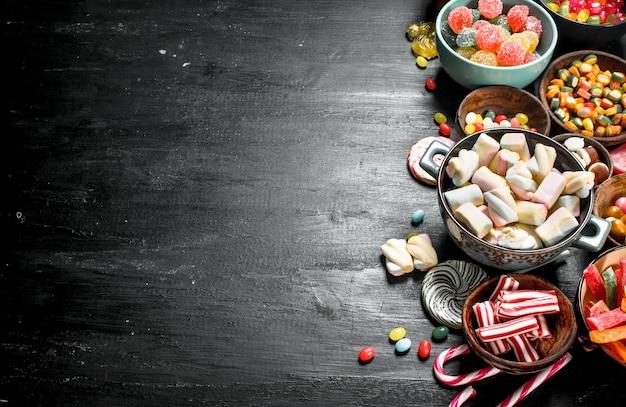 Verschiedene süße süßigkeiten, gelee und kandiert in einer schüssel.