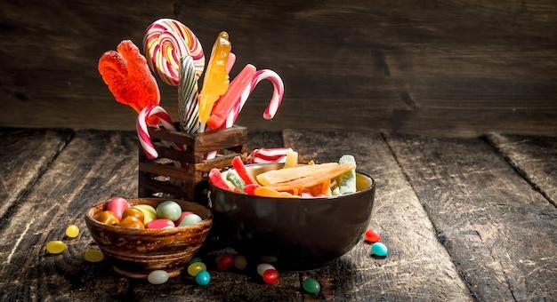 Verschiedene süße süßigkeiten in schalen.