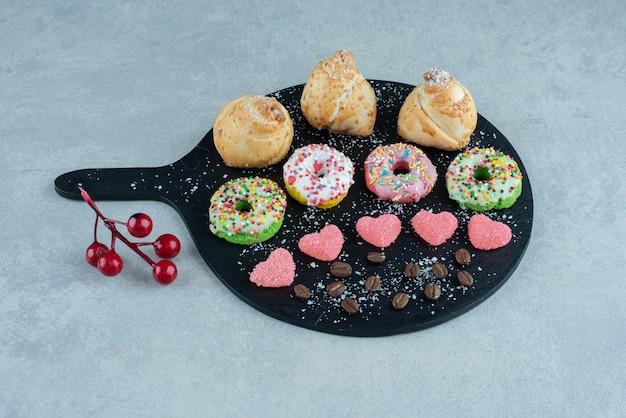 Verschiedene süßigkeiten auf einem servierbrett aus marmor.