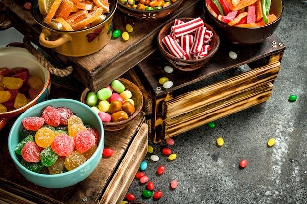 Verschiedene süßigkeiten, bonbons, gelee, marshmallows und kandierte früchte.
