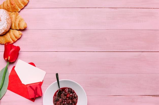 Verschiedene süßigkeiten mit tulpe und umschlag