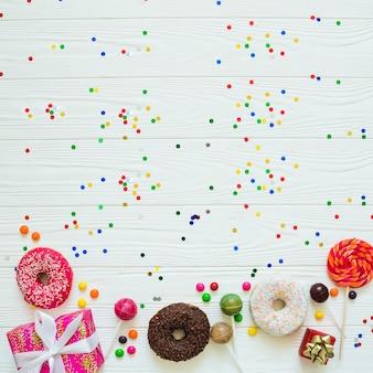 Verschiedene süßigkeiten und konfetti