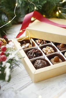 Verschiedene süßigkeiten und weihnachtsdekorationen