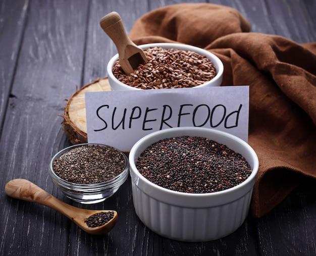 Verschiedene superfoods chia, quinoa, leinsamen