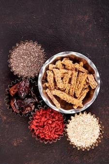 Verschiedene superfoods im schälchen in der nähe von müsli