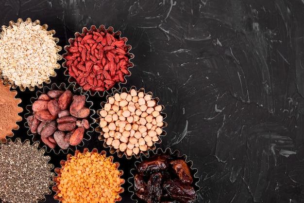 Verschiedene superfoods in schälchen